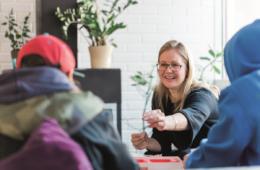 Kvinna talar med ungdomar kring SiS-placering